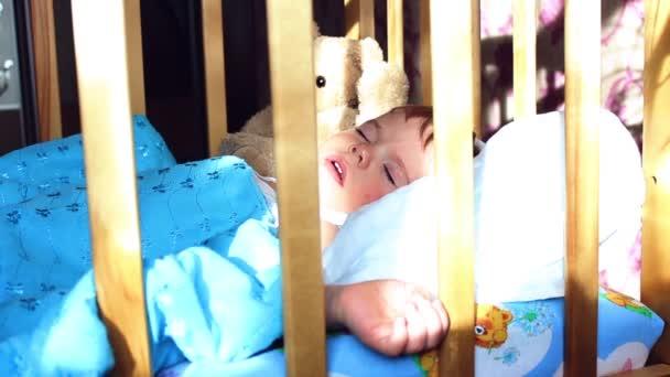 dítě spí na lůžku