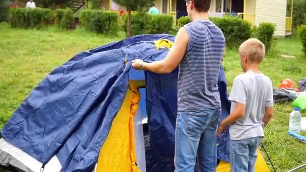 ein Mann mit Kindern sammeln Zelt