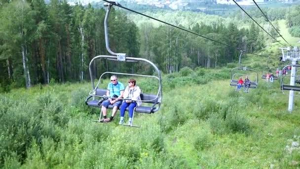 Novosibirsk, Oroszország - július 30,2016: emberek mászni a lift a hegyekbe