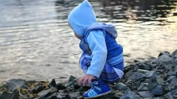 děti hází kameny do řeky