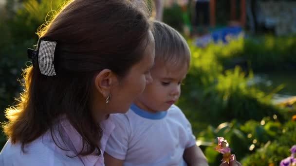 dítě jemně líbá a objímá a maminka