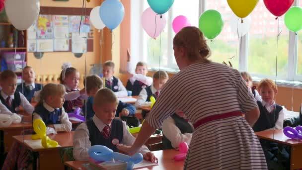 Novosibirsk, Rusko - září 1,2016: učitel učí děti ve škole