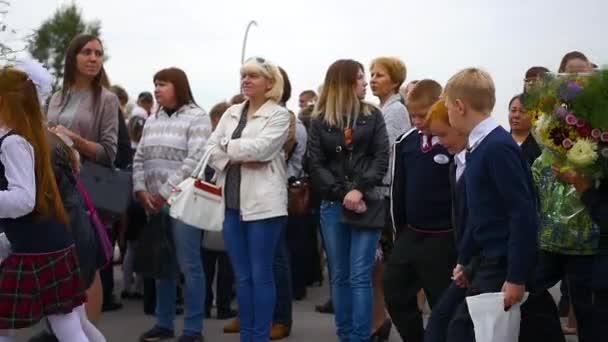 Novosibirsk, Oroszország - szeptember 1,2016: párban a gyerekek iskolába menni,