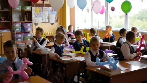 Novosibirsk, Oroszország - szeptember 1,2016: a gyermekek az iskolában íróasztalok