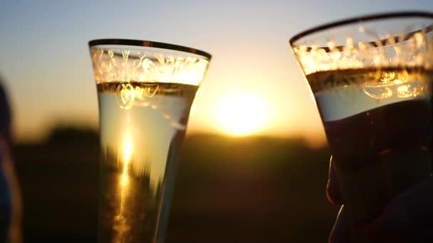 sklenice na víno cinkání při západu slunce