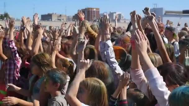 Novosibirsk, Rusko - září 4,2016: lidé zvedli ruce a tanec