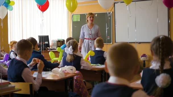 Novosibirsk, Oroszország - szeptember 1,2016: a tanár tanítja a gyerekek az iskolában