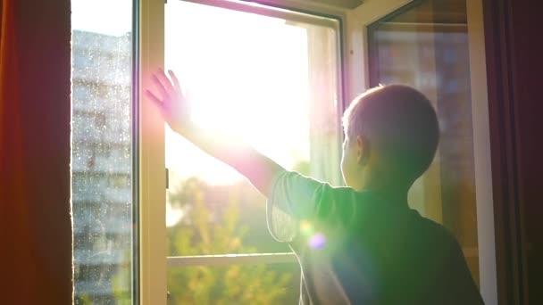 dítě na okna mávat na slunci