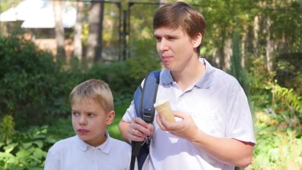 chlap s dospívající jíst zmrzlinu