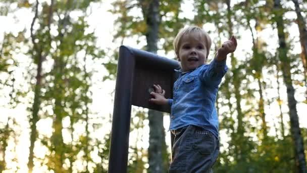 Ein kleines Kind spielt im Park
