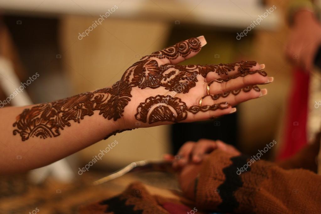 Femme Indienne Se Tatouage Au Henne Sur La Main Photographie