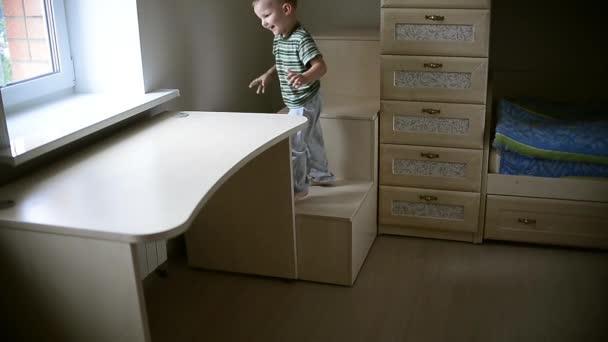 Fiú játszik a szobában