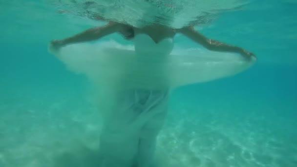 junge schöne Frau im Brautkleid unter Wasser