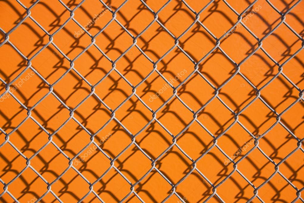 Drahtzaun auf orangem Hintergrund — Stockfoto © llawenydd@mail.ru ...