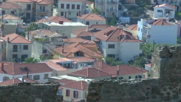Pohled na řecké město mezi hroty pevnosti stěny.