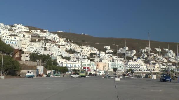 Malé přímořské městečko na kopci.