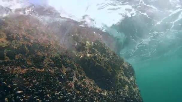 Vlny zřítilo z pod vodou