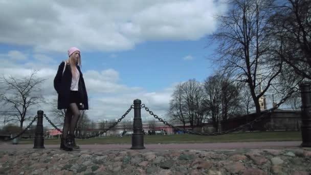 Gyönyörű szőke tini lány sétált a járdán, ezen a környéken: park. Ő is egy fiatal