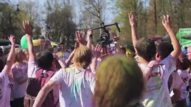 Saint-Petersburg, Rusko-3. května roku 2016. Holi Festival barev. Teens, tanec