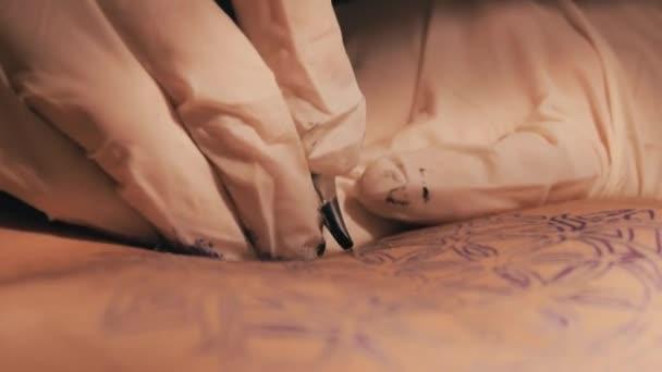 Tetování, hlavní dělat tetování vzor mandaly. Detailní záběr záběr rukou