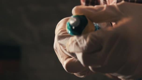 Muž v kostkované košili designerské tetování stroj pro práci. Detailní záběr rukou v gumové rukavice