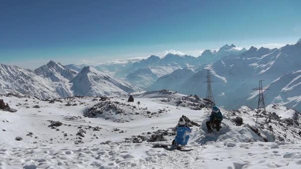 horská krajina s zasněžené vrcholy