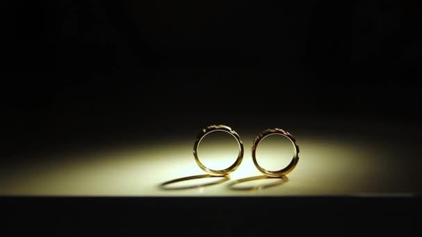 snubní prsteny se spojily. stíny. světelný bod