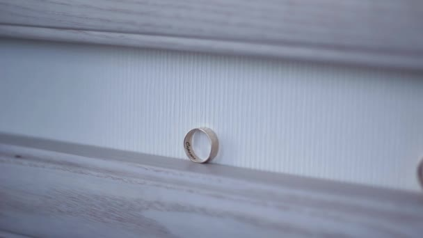 spojily dva zlaté snubní prsteny