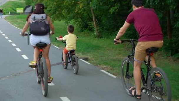 Rodina tří jízdních kol v letní den