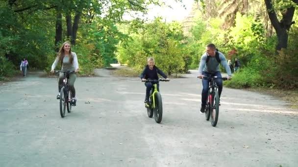 Veselá rodinná cyklistika společně v parku