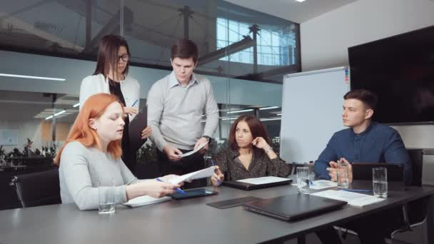 Úspěšný obchodní tým diskutuje o pokroku společnosti na schůzce