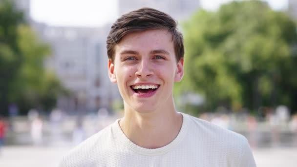 Mann freut sich und lacht in Kamera