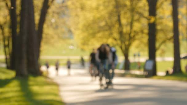 Bulanık görüntü, güneşli bir gün, parktaki insanlar.