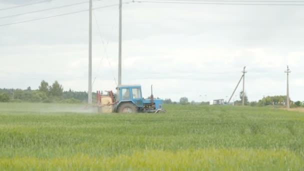 Traktor sprej zúrodnit pole s chemikáliemi
