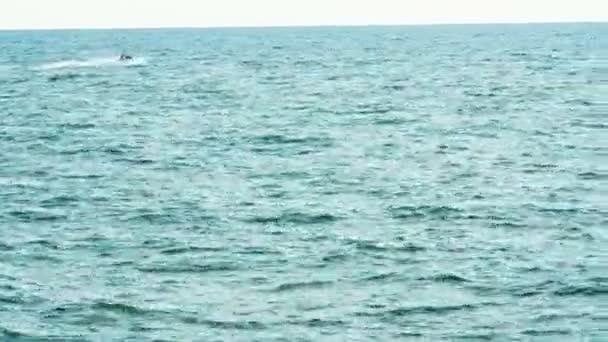 Muž na Jet Ski na moři.