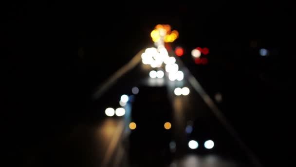 Noční pohled na mezistátní silnici, rozostření automobily pomalu v dopravní zácpě