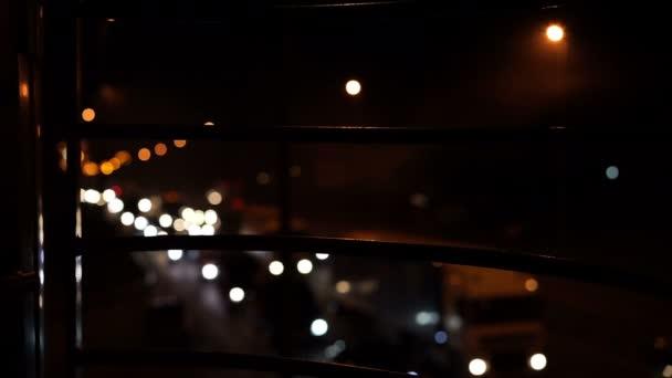 Defocused sok autó vezetés lassan autópályán éjszakai fényei