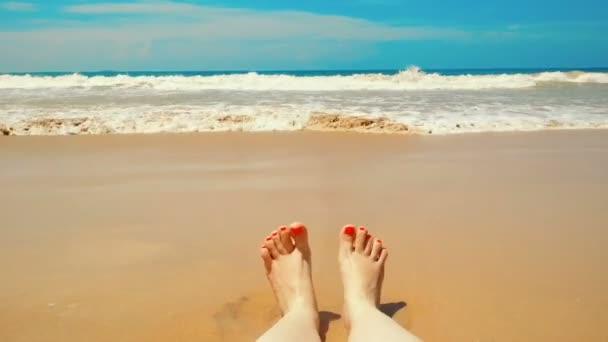 Ženské nohy pohybující hravě pov, šťastná žena líbí na písčité mořské pláži