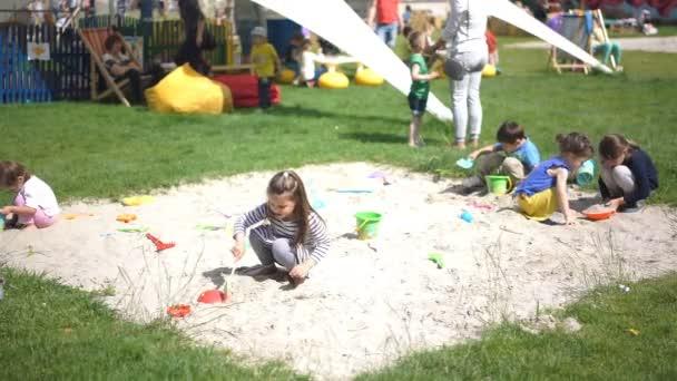 Kiev, Ukrajna - kb július 2016: gyermek játszik a városi Parktól. Boldog gyerekek játszó homok, óvoda, játszótér, nyári tevékenységek