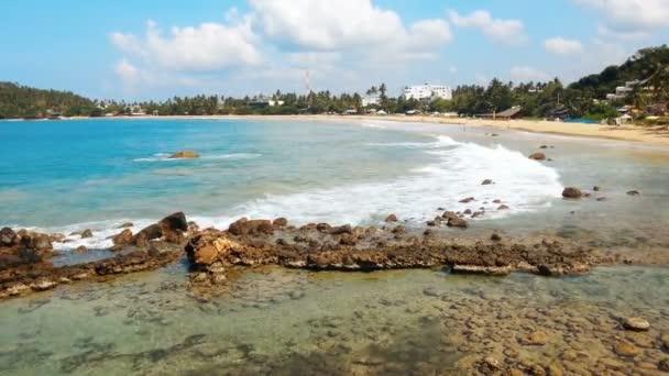 Nézd, a homokos strand és habos óceán hullámai a partra, trópusi sziget nyaralás