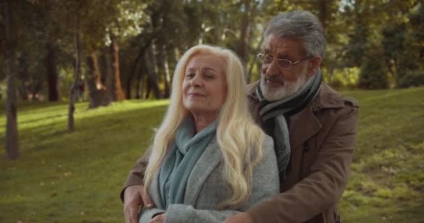 Milující manžel objímající ženu, starší pár v lásce, podpora a péče, štěstí