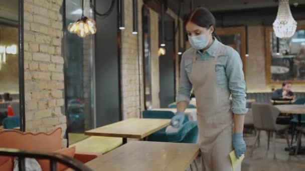Caféarbeiter in Maske Desinfektionstisch, Reinigung und Hygiene während covid-19