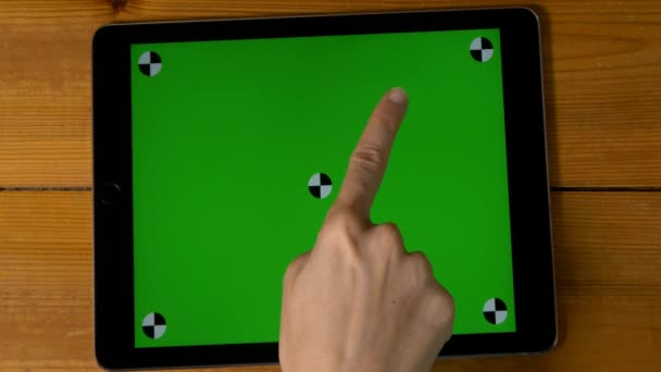 ruka dělá gesta na digitálním tabletu
