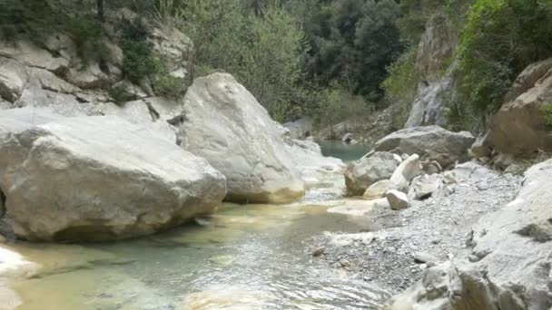 horské řeky a vodopád