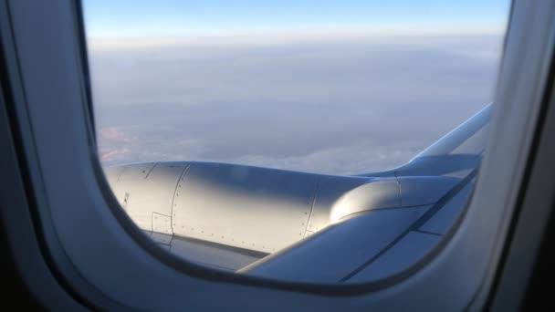 repülőgép szárnya fölött felhők