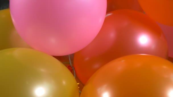 Boldog születésnapot színes léggömbök