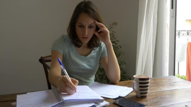 žena se strachuje o účty