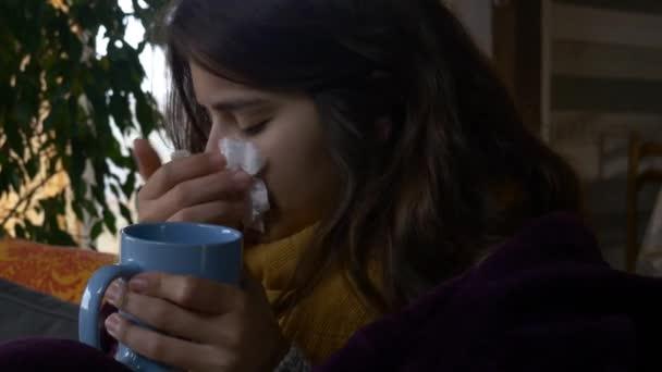 nemocná žena pít horké tekutiny