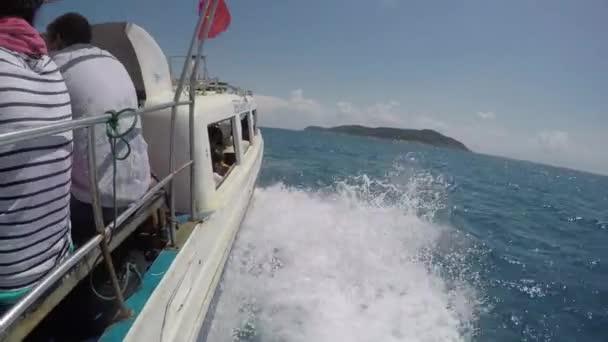 Člun plující na vlnách