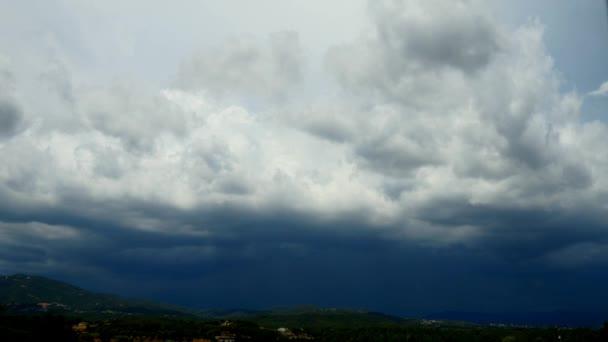 Bouřková mračna rostoucí nad krajinou